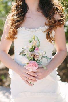 Bouquet semplice con fiori di campo: scopri qui tante altre composizioni >> http://www.lemienozze.it/gallerie/foto-bouquet-sposa/