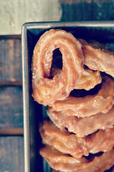 Bakeaholic Mama: French Canadian Crullers (Maple Crullers) Deep fried French crullers dipped in a maple glaze instead of the traditional honey glaze. It's pretty much amazing. Honey Glaze, Maple Glaze, Just Desserts, Dessert Recipes, Breakfast Recipes, Yummy Treats, Sweet Treats, Yummy Food, Canadian Food
