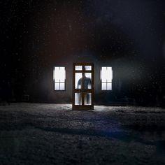 Ventanas a la interperie a contra luz y sombra de hombre en una de ellas