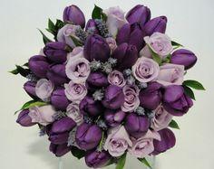 Buquê espiral de tulipas roxas, rosas lilases e lavandas