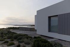 Paros House is a minimal home located in Paros, Greece, designed by John Pawson. Minimal Architecture, Chinese Architecture, Futuristic Architecture, Architecture Details, Architecture Board, John Pawson, Paros, Minimal House Design, Paris Home