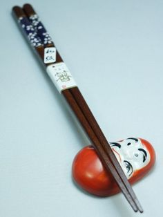 This ceramic chopsticks holder at the effigy of a daruma will allow you to properly lay your chopsticks, while providing a touch of humor to your table. Chopstick Holder, Japanese Lifestyle, Chopsticks, Different Shapes, Tokyo, Ceramics, Tableware, Ceramica, Pottery