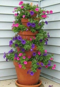 Gardening Flowers Tutorial for five tiered flower pot - Create a stunning flower tower for your garden using simple terracotta pots. It's easy to do and makes an extremely beautiful piece for any part of your landscape. Diy Garden, Garden Projects, Garden Pots, Garden Ideas, Garden Web, Balcony Garden, Porch Garden, Herb Garden, Wood Projects