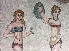 El bikini. Los mosaicos aparecidos en la Villa de Cassale, Sicilia, una villa tardo-romana del s.IV cuyos restos se sitúan en la localidad siciliana de Piazza Armerina, son un magnífico ejemplo de este temprano uso del bikini. Estos maravillosos mosaicos nos muestran a unas diez chicas, probablemente patricias atletas, que ya usaban esta prenda de dos piezas. Se trata de conocidas pugilistas de la época, en bikini, ejercitándose.