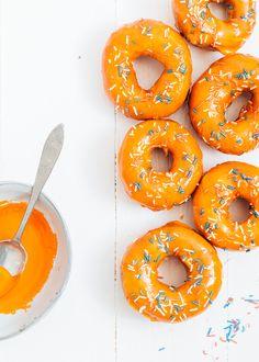 Wil je eens wat anders dan de oranje tompouce met koningsdag? Maak dan dit recept voor oranje donuts met rood, wit, blauwe sprinkles.