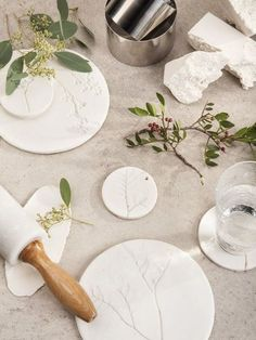 DIY: ceramic plant fossil For the table, the wall, or around your neck Diy Clay, Clay Crafts, Diy With Clay, Clay Ornaments, Flower Ornaments, Ceramic Flowers, Air Dry Clay, Nature Crafts, Clay Projects