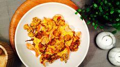Lag en gul tallerken til middag! Kremet mais tilfører noe søtt, currybakt blomkål kommer med noe hot, og jordskokkchips bringer søtt og crispy tilbords.
