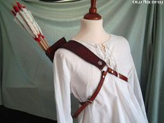 How Jac's quiver looks from the front. (Leather back quiver Little Shell by OldArchery on Etsy, €99.00)