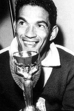 Garrincha con la Copa del Mundo de 1958.