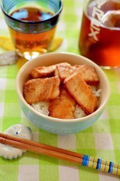 「少ない油で♪生姜醤油漬け☆まぐろの唐揚げ丼」まぐろを生姜醤油に漬けて、小麦粉にまぶして揚げ焼きにしました。小麦粉をまぶす事により、少ない油でもカリッとします。香ばしい匂いで、ご飯がどんどん進みますよ。【楽天レシピ】