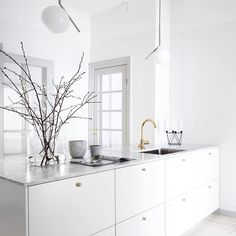 It is easier than you think to take your kitchen from builder grade to gorgeous on a budget! These kitchen makeover secrets will save you money and give you great ideas! Kitchen Dining, Kitchen Decor, New Kitchen, Brass Kitchen, Kitchen Ideas, Interior Design Kitchen, Interior Design Living Room, Interior Modern, Appartement Design