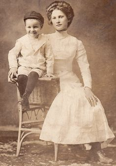 Beautiful young edwardian mother and her handsome boy. Vintage Pictures, Old Pictures, Vintage Images, Edwardian Era, Edwardian Fashion, Historical Clothing, Historical Photos, Mother And Child Reunion, Old Time Photos
