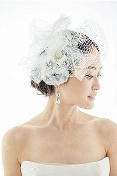 チュールと羽根のヘッドドレスでアーティスティックなスタイルに/Side-1
