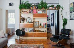 01-decoracao-apartamento-integrado-estante-madeira-plantas