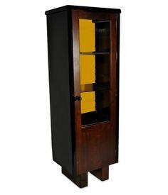 Armário 1 porta, década de 40, fabricação Móveis Cimo. Em imbuia e laca preta alto brilho, com 3 prateleiras internas e fundo interno em laminado amarelo.    www.desmobilia.com.br
