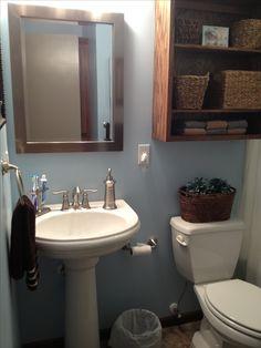 kleines badezimmer in wei mit sockel waschbecken holzspiegelrahmen sandra pinterest. Black Bedroom Furniture Sets. Home Design Ideas