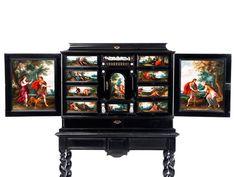 Das Kabinettmöbel im traditionsgemäßen zweiteiligen Aufbau: Der Unterbau ein…