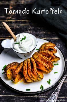 Sie heißen Spiralkartoffeln, Tornadokartoffeln oder Twisted Potatoes. Und sind als Beilag oder vegetarische Hauptspeise perfekt geeignet. Egal ob im Winter und Herbst zum Braten oder im Sommer auf der Grillparty! #spiralkartoffeln #twistedpotatoes #tornadokartoffeln #kartoffeln #beilage #grillbeilage #rezept #bbq #grillen #kochen #rezepte Snacks Für Party, Tandoori Chicken, Bbq, Winter, Ethnic Recipes, Roast, African Cuisine, Quick Snacks, Barbecue