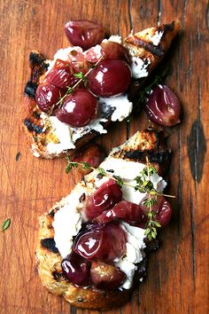 Roasted Grapes with Thyme, Fresh Ricotta & Grilled Bread // Made these for a crostini party, and everyone was surprised at how good they were! Not much to look at, but very tasty! Tostadas, Crostini, Grilled Bread, Grilled Flatbread, I Love Food, Appetizer Recipes, Party Appetizers, Party Snacks, Lunch Party Ideas