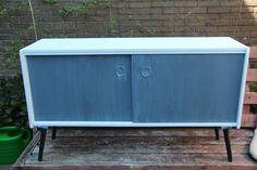 Scandinavisch dressoir in 2 tinten grijs