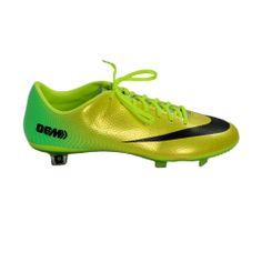 Από την κορυφαία συλλογή Mercurial της ΝΙΚΕ (συλλογή φτιαγμένη ειδικά για τον παγκόσμιο αστέρα του ποδοσφαίρου Cristiano Ronaldo) το νέο, εξαιρετικά ελαφρύ, ποδοσφαιρικό παπούτσι, σε εντυπωσιακό κίτρινο χρώμα. Φτιαγμένο από επιλεγμένα υλικά, βοηθάει τον παίκτη να κινείται γρήγορα μέσα στο γήπεδο. Κατάλληλο για φυσικό χλοοτάπητα. Football Shoes, Cristiano Ronaldo, Cleats, Sports, Fashion, Football Boots, Football Boots, Hs Sports, Moda