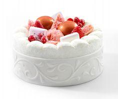 Le gâteau festif du printemps avec de la crème Chantilly, des fruits rouges et du suprême de vanille de Tahiti