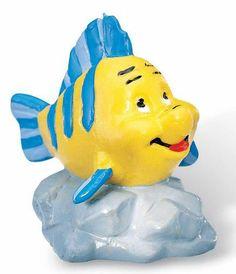 Minifigura La Sirenita. Flounder, 4 cms Minifigura de 4 cms del personaje Flounder el gran amigo de Ariel de la película La Sirenita, fabricada en pvc.