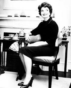 Jacqueline Kennedy Photographs: Jackie Kennedy Campaign, Shorter Hair, New Baby, etc. Jacqueline Kennedy Onassis, Jackie Kennedy Style, Les Kennedy, Jaqueline Kennedy, John Kennedy, Jackie Oh, Caroline Kennedy, Yves Saint Laurent, John Fitzgerald