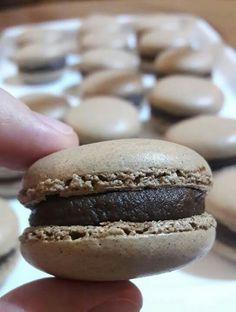 """É a farinha de amêndoa que dá ao verdadeiro, legítimo e genuíno 😄 Macaron Francês aquela textura inconfundível a meio caminho entre o merengue e o mashmallow. Descoberto o segredo que permite à mão experiente ultrapassar os escolhos da técnica do """"macaronage"""", depois é só combinar sabor e cor consoante o desejo do momento 💙 #confeitariaoquebranozes #patisserie #patisseriefrancaise #macaron #chocolate #chocolat #franca #brasil #laguna"""