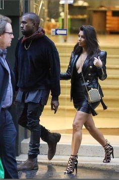 Com Kanye West, Kim Kardashian provoca com decote generoso