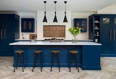 15 Gorgeous Dark Blue Kitchens to help give you inspiration and ideas for your new kitchen project. Fresh and cool or moody and luxurious, blue has it all! Blue Shaker Kitchen, Shaker Kitchen Cabinets, Shaker Style Kitchens, Kitchen Cabinet Remodel, Open Plan Kitchen, New Kitchen, Kitchen Ideas, Kitchen Dining, Square Kitchen
