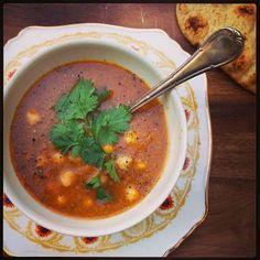 Ofwel harira. Er bestaan natuurlijk tig varianten op Marokko's bekendste soep, maar deze versie heb ik lang geleden van mijn Marokkaanse vriendin Anissa leren maken. Zij maakt hem het liefst met blokj