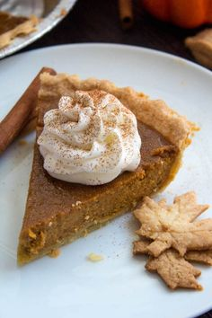 This Easy Homemade Pumpkin Pie is the perfect dessert for Thanksgiving. You'll only need a few simple ingredients to create a rich and delicious pie that'll surely wow all your guests! Thanksgiving is coming up, for us Canadians, that is. Americans, don't worry, you'll be getting your Thanksgiving recipe next month, or you can just … Healthy Pumpkin Pies, Easy Pumpkin Pie, Homemade Pumpkin Pie, Homemade Pie Crusts, Pumpkin Pie Recipes, Pumpkin Spice, Homemade Recipe, Sweetened Whipped Cream, Thanksgiving Desserts
