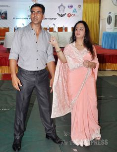 Akshay Kumar looked good in formal attire, while Smita Thackeray opted for a pretty peach sari. Wedding Shopping, Akshay Kumar, Bollywood Fashion, Sarees, Celebrity Style, Awards, Peach, Handsome, Product Launch