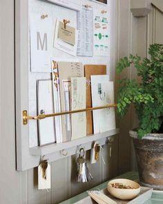 organisation d'entrée astucieuse - tableau d'affichage et crochets pour clés