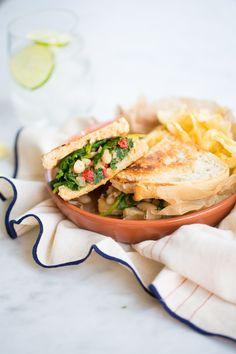 Sandwich de kale, alubias y pimiento rojo. Fácil, delicioso y perfecta mezcla para tener en el refrigerador.