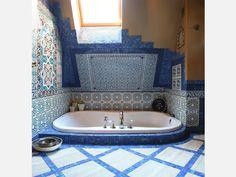 Tiles in the bathroom. Bathroom Toilets, Bathrooms, Sunken Tub, Indian Blue, Interior And Exterior, Interior Design, Italian Tiles, Bathroom Tile Designs, Aqua