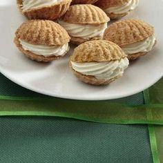 Plnené kokos mušle      mouka celozrnná 200 gramů     tuk 120 gramů     moučka kokosová 100 gramů     sorbit 50 gramů (sypký)     vejce 1 kus     jedlá soda 1 špetka     tuk 25 gramů (rozpuštěný na vymazání formiček)  Na krém:      sýr Ricotta 250 gramů     máslo 100 gramů     sorbit 45 gramů (sypký)     smetana na šlehání 2 lžíce     vanilkové aroma 4 kapky (nebo rumové)