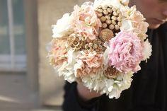 Ramo de novia de Bornay en tonos rosas, blanco y dorado #ramodenovia #bridalbouquet #tendenciasdebodas