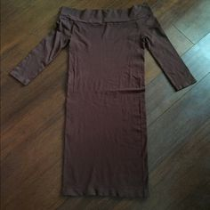 ✨Dark Brown Off the Shoulder Dress✨ Sexy cotton stretchy off the shoulder dress. This dress hugs the body in all the right places! Lots of stretch. Form fitting. Dresses Mini