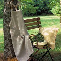 robe-tablier-lin-coussin-chapeau-sur-une-chaise