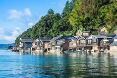 Inecho (Inecho, Yona-gun, Kyoto prefecture) is a peaceful town located in the Japan sea side. This quiet town became famous for its vessel hangar and the beautiful landscape of the private houses. From the seaside, you can observe the amazing scenery of t