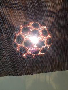 Lustre de flores de crochê iluminado, restaurante Dona Mariquita, Salvador