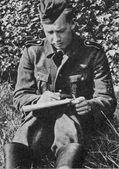 Kriegsberichter Ormstad of the Den Norske Legion making notes during training of the Volunteers.