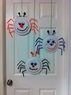 Itsi bitsy spider craft hanging on the door. Made it with my 3 year old boy, he . - Itsi bitsy spider craft hanging on the door. Made it with my 3 year old boy, he had so much fun making it. - Homepage Keeping kids busy and busy is not an easy task Halloween Craft Activities, Halloween Arts And Crafts, Halloween Crafts For Toddlers, Halloween Crafts For Kids, Halloween Projects, Toddler Crafts, Halloween Diy, Holiday Crafts, Crafts For 3 Year Olds