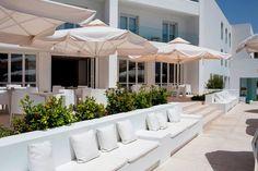 Λευκο και γαλάζιο σε ήχους chill out    White & blue with chill out background sounds.  #cocktail #sea #sun #theion #patmosaktis www.patmosaktis.gr