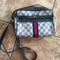 Gucci Vintage Crossbody Still full of life, 100% authentic Gucci CrossBody. Signs of wear are mainly on the interior of the Purse. Pleas do not hesitate to ask for more photos Gucci Bags Crossbody Bags
