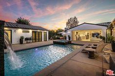 Luxury Modern Homes, Luxury Real Estate, Studio City Los Angeles, Los Angeles Neighborhoods, North Hollywood, Los Angeles Homes, Home Studio, House Goals, Indoor Outdoor