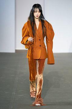 Acne Studios Fall 2020 Ready-to-Wear Fashion Show - Vogue 2020 Fashion Trends, Fashion 2020, Runway Fashion, Fashion Models, High Fashion, Womens Fashion, Fashion Tips, Fashion Design, Fall Fashion