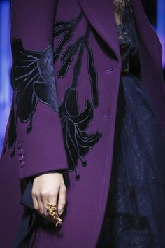 Elie Saab Ready To Wear Fall Winter 2017 Paris~gorgeous detail Elie Saab, Motif Soutache, Live Fashion, Fashion Show, Mode Mantel, Fashion Details, Fashion Design, Mode Chic, Runway Fashion